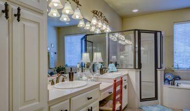 Szkło w łazience - czym powinno się wyróżniać? Jakie wybrać?