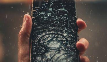 Zalany telefon - jak postępować, a czego nie robić