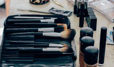 Makijaż do okularów – praktyczne porady