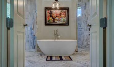 Jak rozmieścić oświetlenie w niewielkiej łazience?