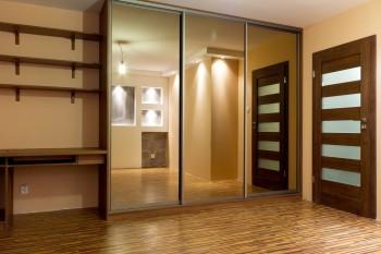 Aran¿acja szafy z drzwiami przesuwnymi we wnêce